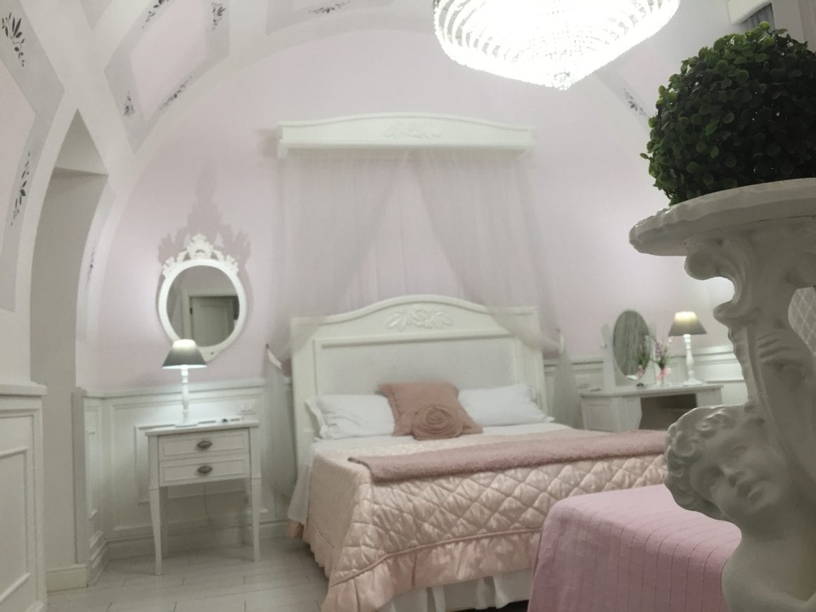 B&B Domus Rosa pink room in Naples