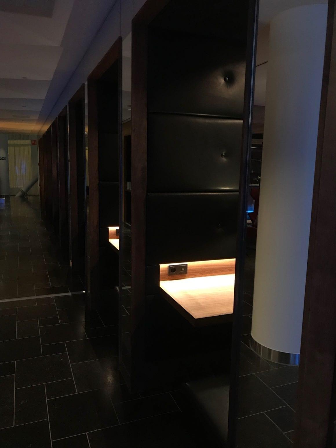 KLM Lounge work nooks